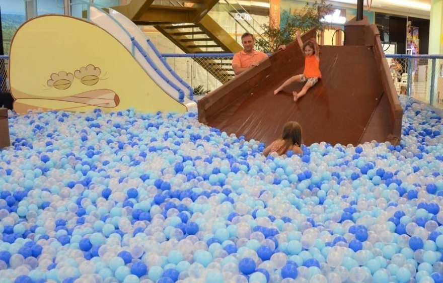 Megapiscina de bolinhas no Atrium Shopping